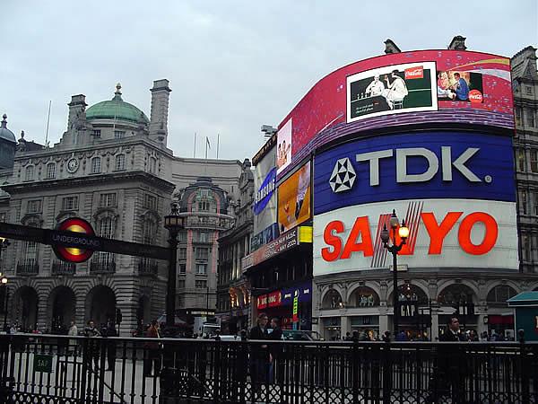 London cosmopolitan city and the main tourist destination for Time square londra