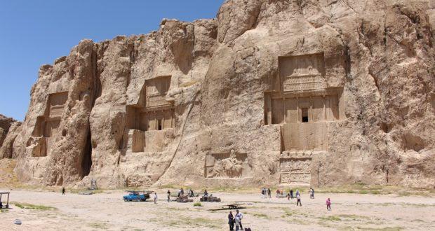 Die Gräber von Darius II, Artaxerxes I und Darius I, Naqsh-e Rostam, Iran. Autor und Copyright Marco Ramerini