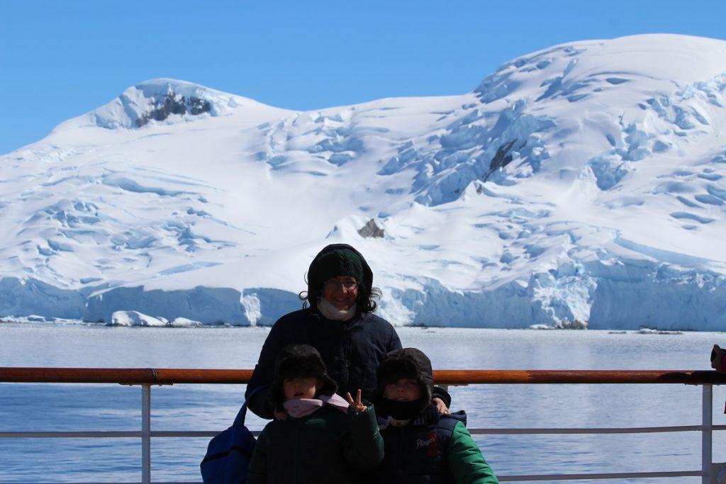 Antarktis-Kreuzfahrt mit Kindern. Andrea und Mattia mit ihrer Mutter Laura in der Antarktis. Autor und Copyright Marco Ramerini