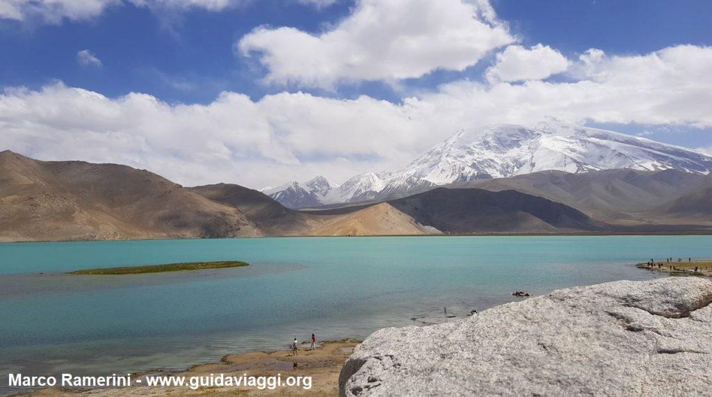 Reise durch die Berglandschaften Zentralasiens. Bringen Sie Muztagh Ata und See Karakul, Xinjiang, China an. Autor und Copyright Marco Ramerini