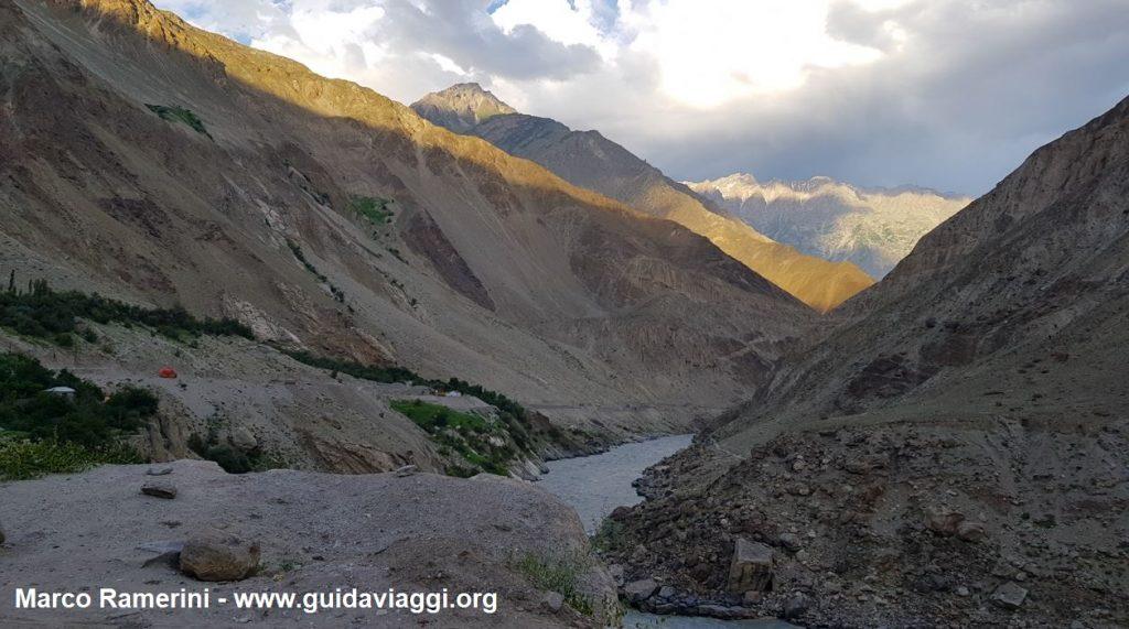 Reise durch die Berglandschaften Zentralasiens. Die Indus-Schlucht, Baltistan, Pakistan. Autor und Copyright Marco Ramerini