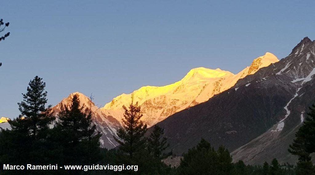 Reise durch die Berglandschaften Zentralasiens. Das erste Licht der Morgendämmerung auf Nanga Parbat, Pakistan. Autor und Copyright Marco Ramerini