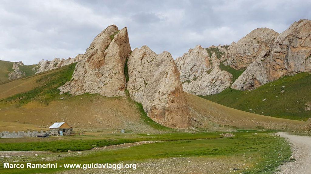 Berge in der Nähe der Karawanserei von Tash Rabat, Kirgisistan. Autor und Copyright Marco Ramerini
