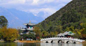 Touristische Attraktionen von Yunnan. Schwarzer Dragon Lake, Lijiang, Yunnan, China. Autor und Copyright Marco Ramerini