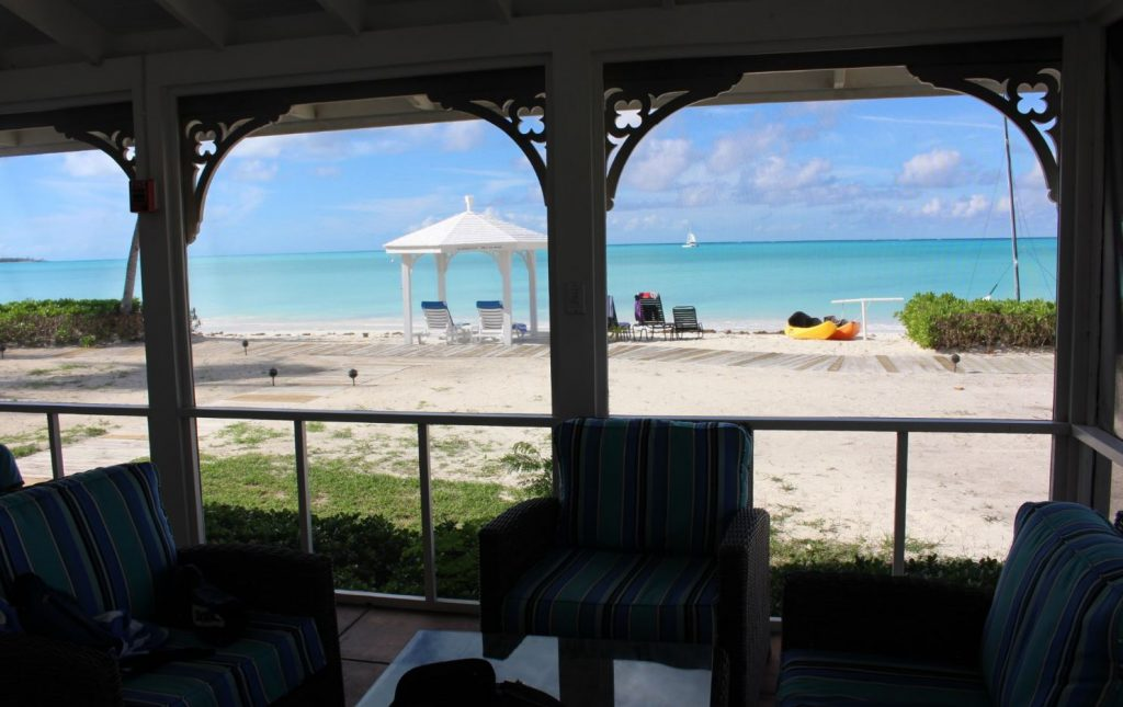 Veduta dal soggiorno di un Two-Bedroom Beachfront Bungalow, Cape Santa Maria Beach Resort, Long Island, Bahamas. Autore e Copyright Marco Ramerini.